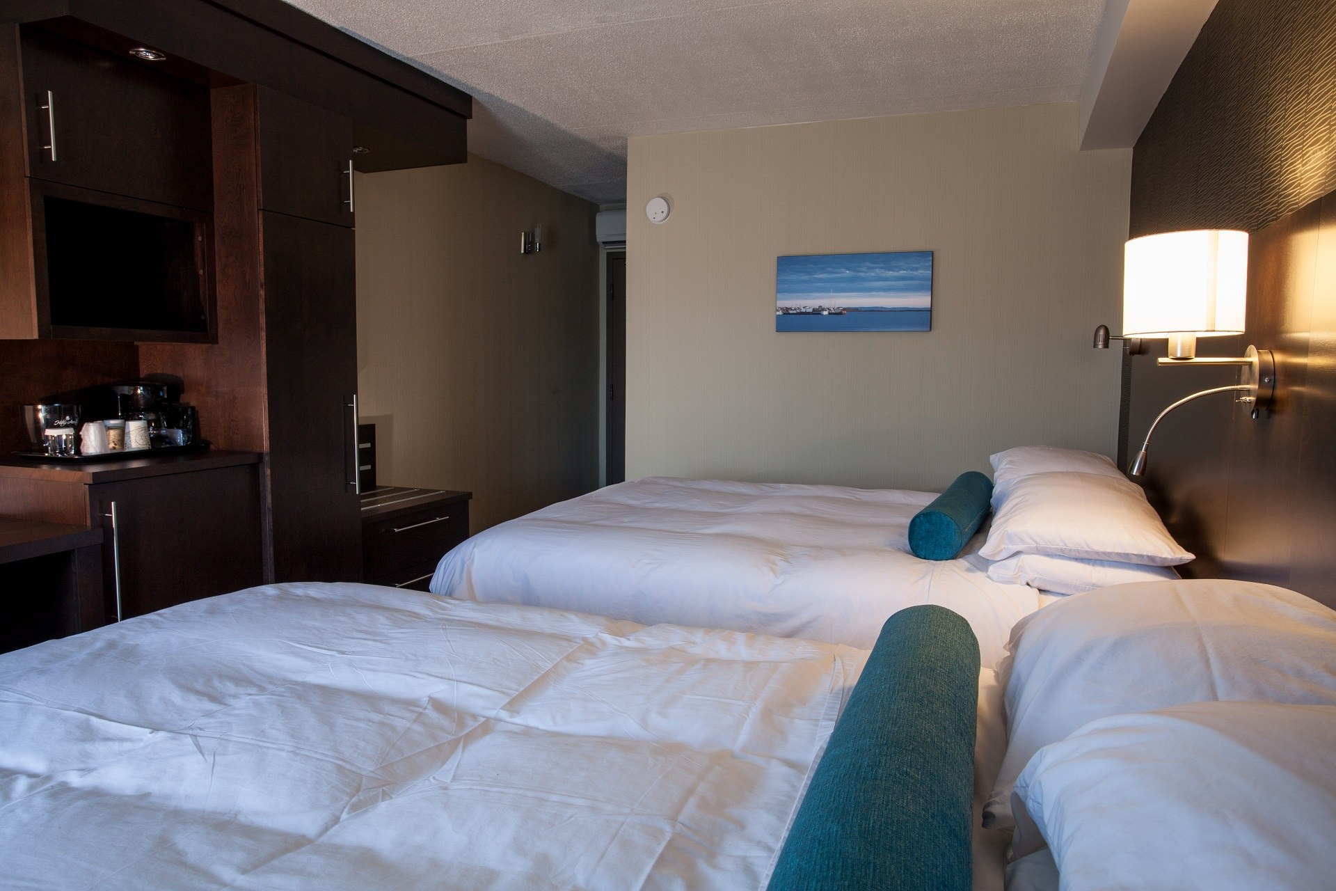 hotel-iles-de-la-madeleine-auberge-madeli-chambres-regulieres-lit-sofa