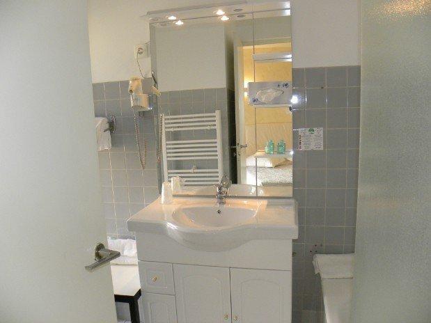 meuble lavabo chambre cote village