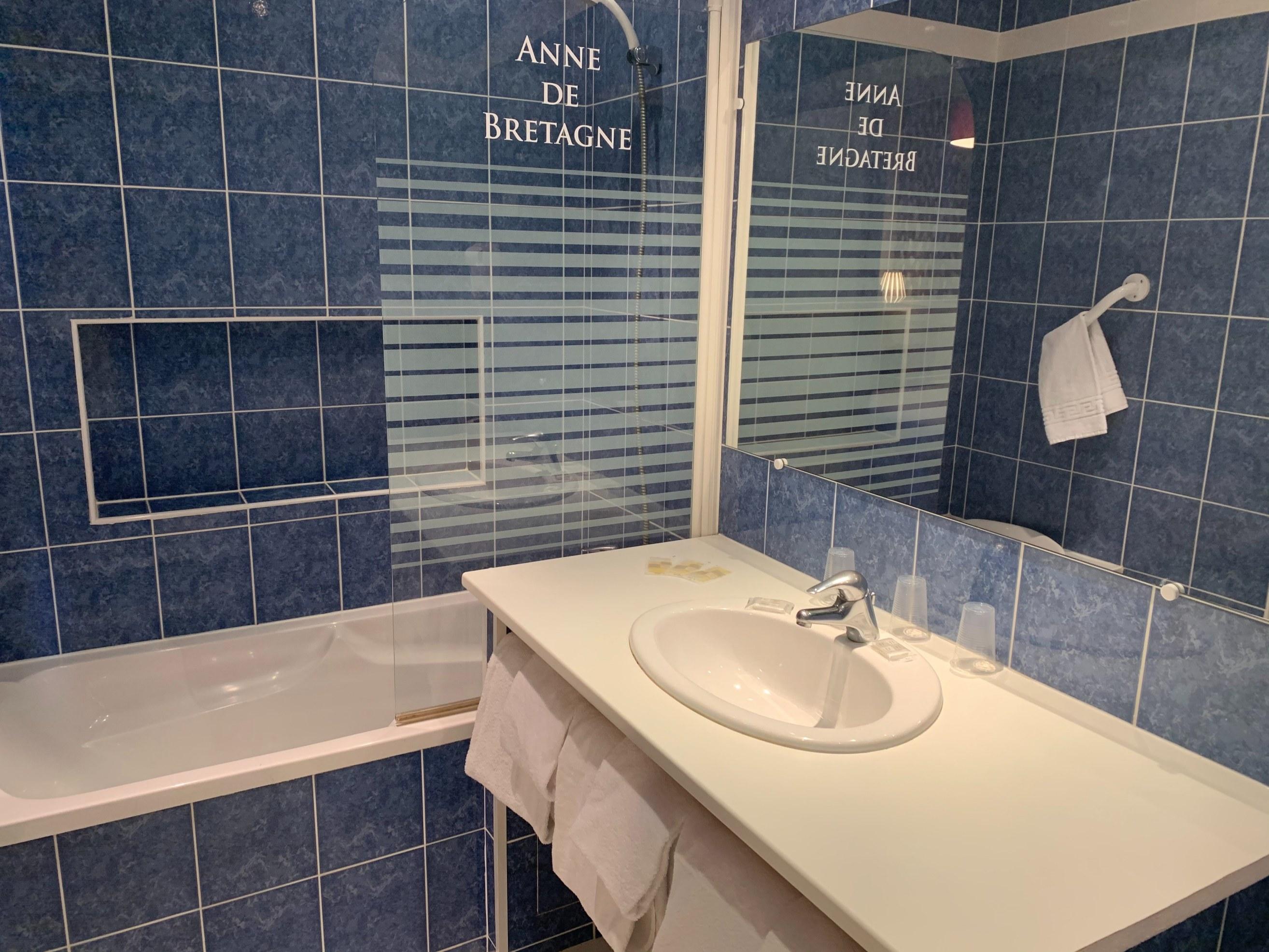 hotel-anne-de-bretagne-blois-centre-ville-chambre-triple-superieure-valcon-avec-salle-de-bains-famille