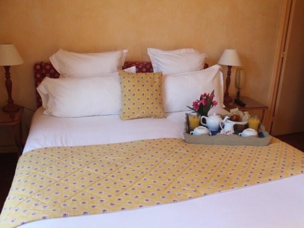 hotel-ile-porquerolles-lit-double-dejeuner-chambre