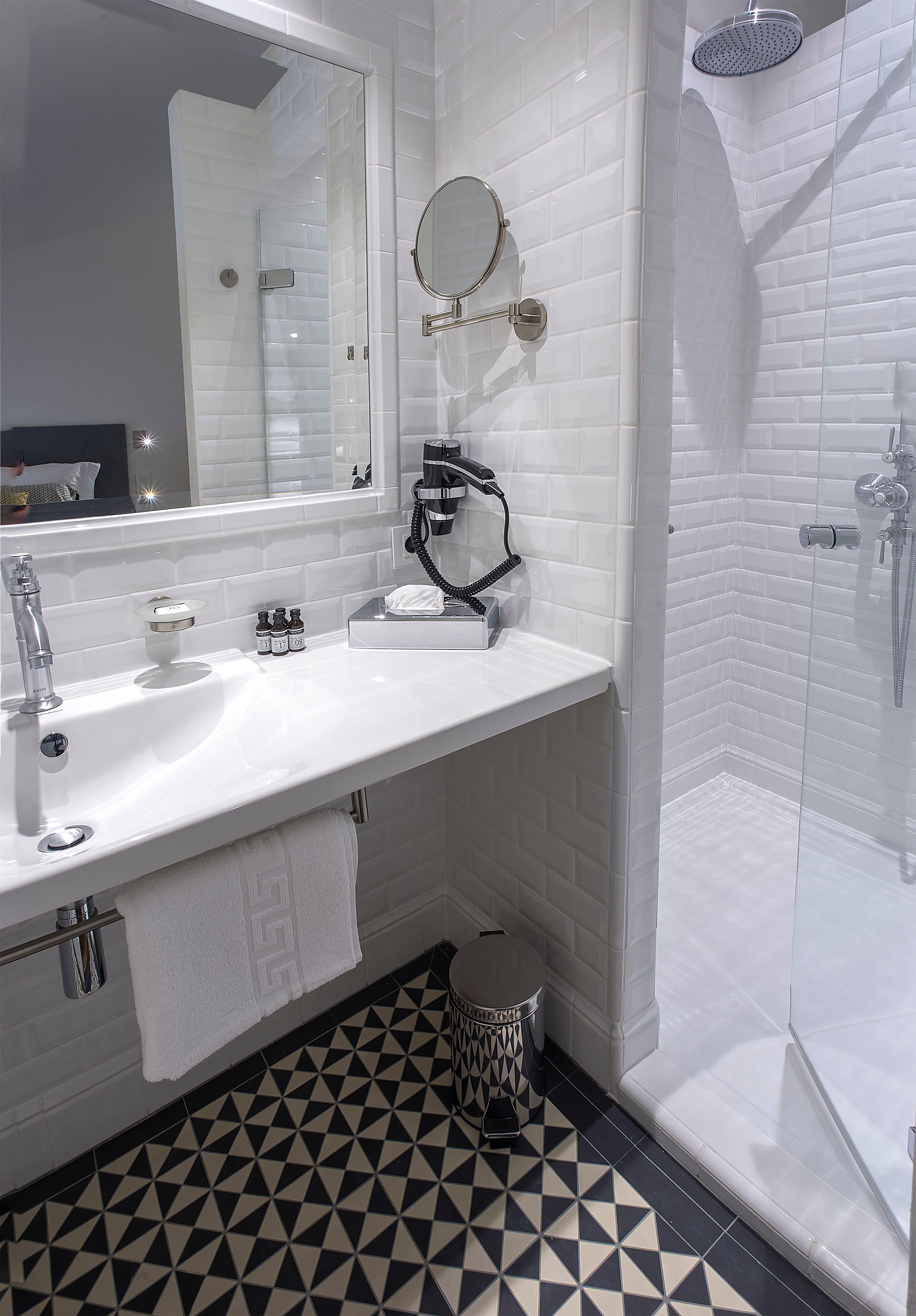 appart-hotel-angouleme-duplex-cote-est-deux-chambres-salle-de-bain-douche-mirroir