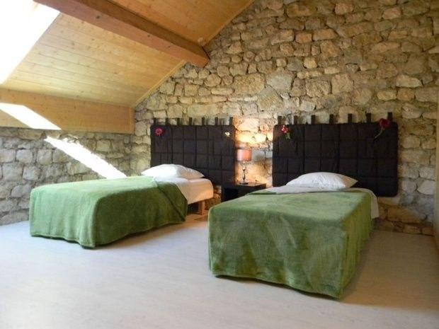 gite-de-groupe-jura-marlaya-chambre-lit-oreiller-pierre-fenetre