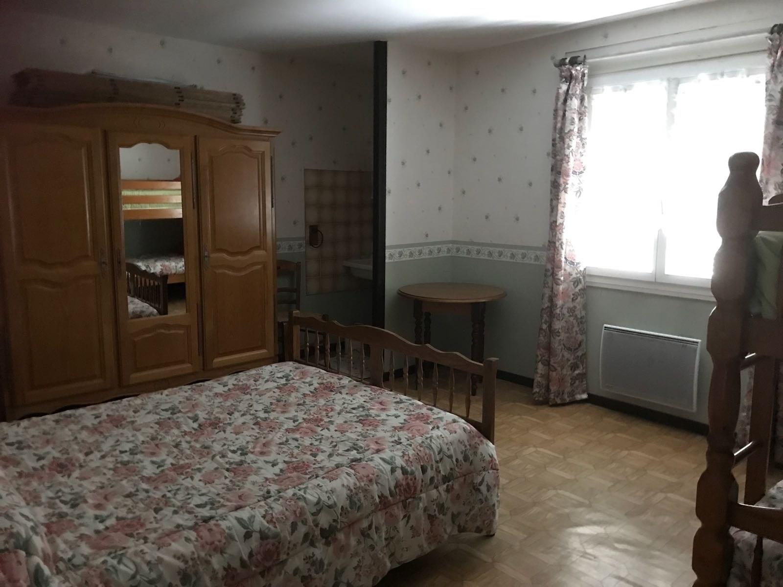 baroville-champagne-chambre-lit-double-armoire-fenetre-miroir