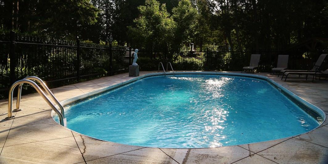 auberge-spa-sainte-adèle-piscine-extérieure
