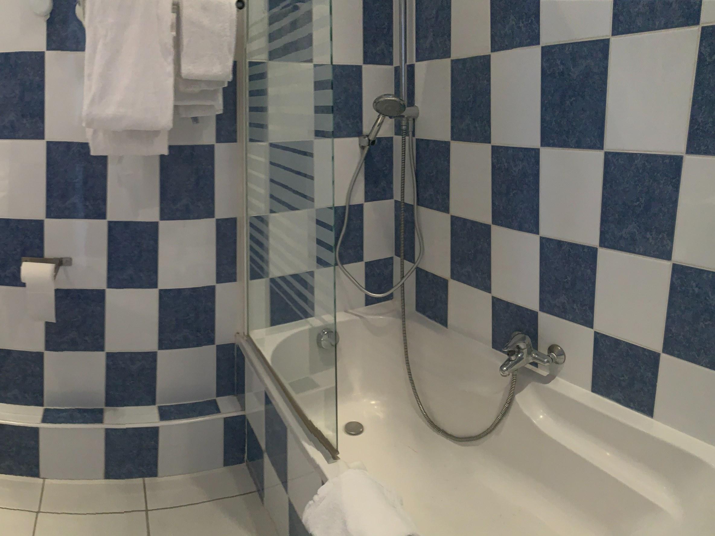 hotel-anne-de-bretagne-blois-centre-ville-chambre-quadruple-supérieure-balcon-salle-de-bains-famille-4-personnes-baignoire-aucalme
