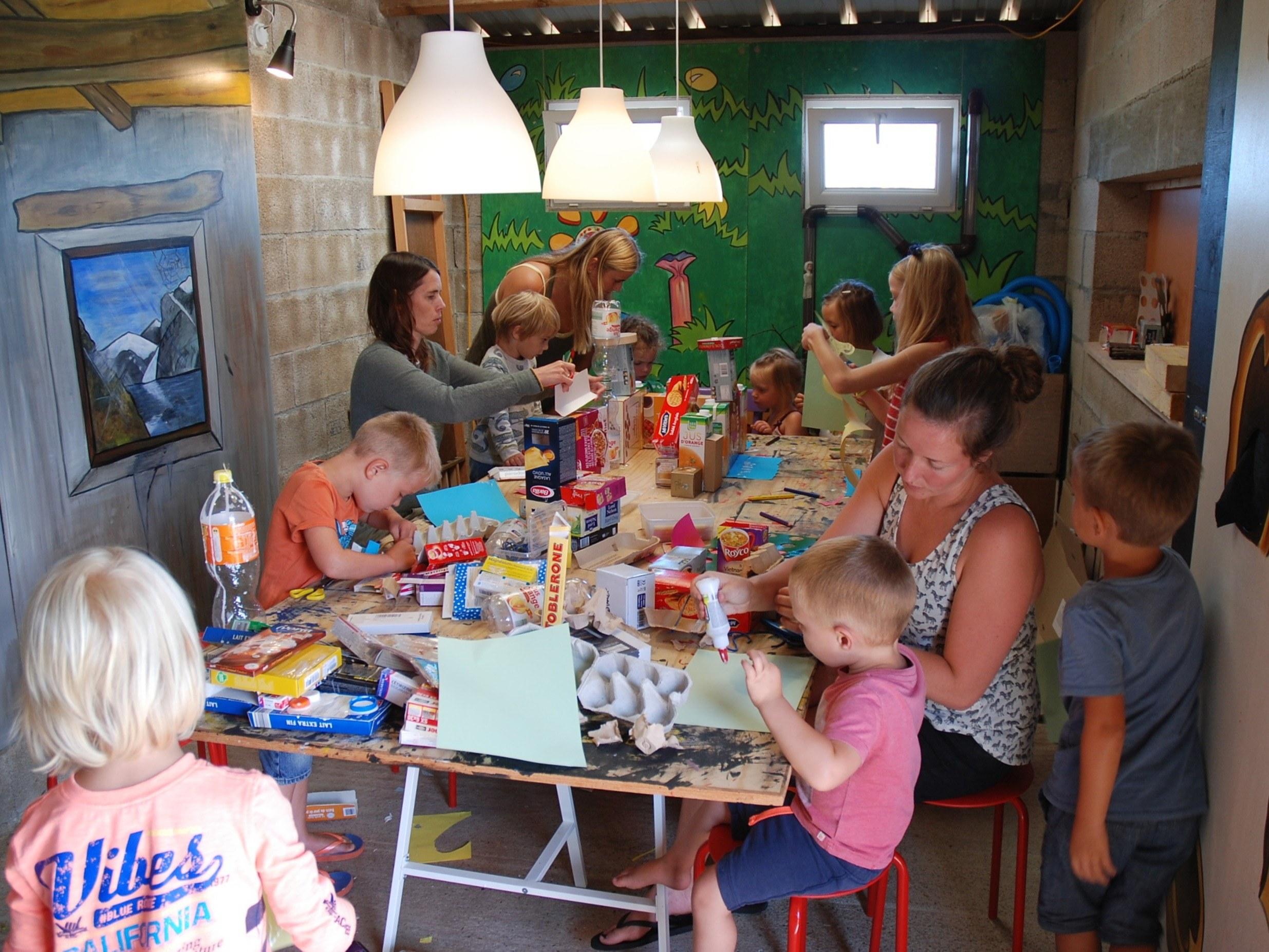 bricoler dans l'atelier enfant
