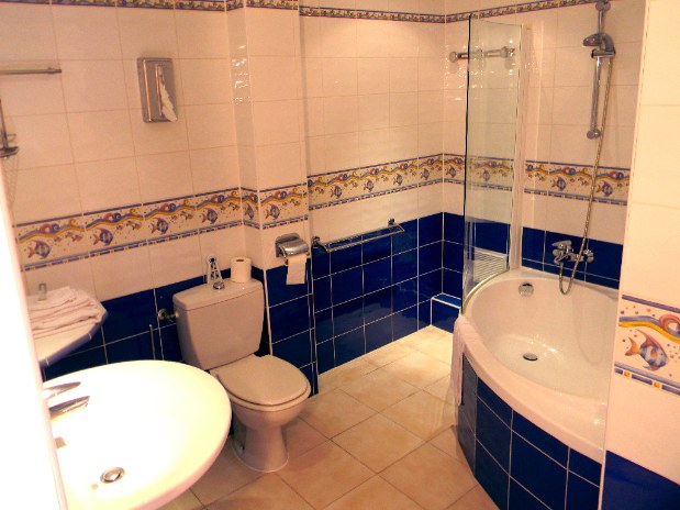 chambres-d-hotes-a-Saint-Raphael-Frejus-salle-de-bain-baignoire