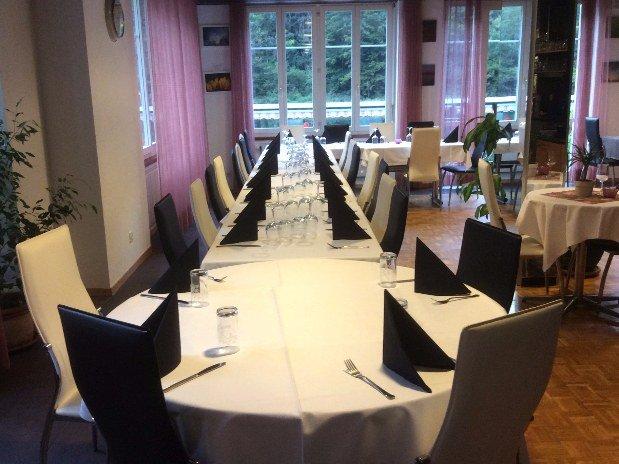 Salle principale noire et rose - restaurant maison monsieur- la chaux de fonds