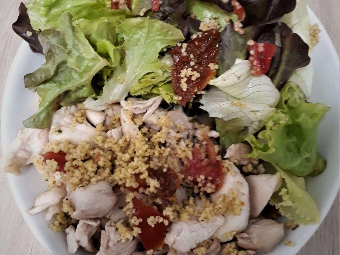 assiette de salade verte poulet et taboulé Chez Toto à Meslay-du-Maine met à votre disposition une variété de pâtes fraîches à base d'ingrédients frais. Elles sont préparées dans le respect de la tradition italienne.  Nous vous proposons des préparations