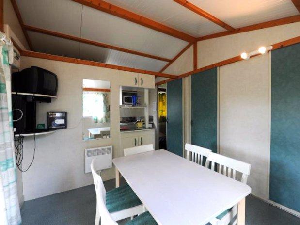camping de l'olivier - sommieres-nimes - chalet 5 personnes-salon et cuisine