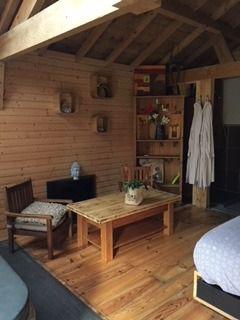 chambre-jacuzzi-privatif-lille-nord-pas-de-calais-chambre-table-fauteuil-chaise-lit-peignoir-cadre