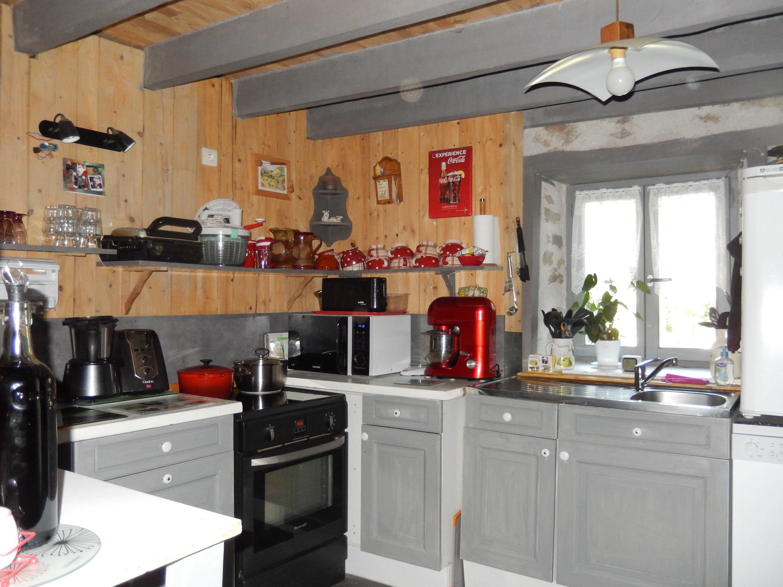 chambre-hotes-auvergne-cuisine-four-meuble-electromenager