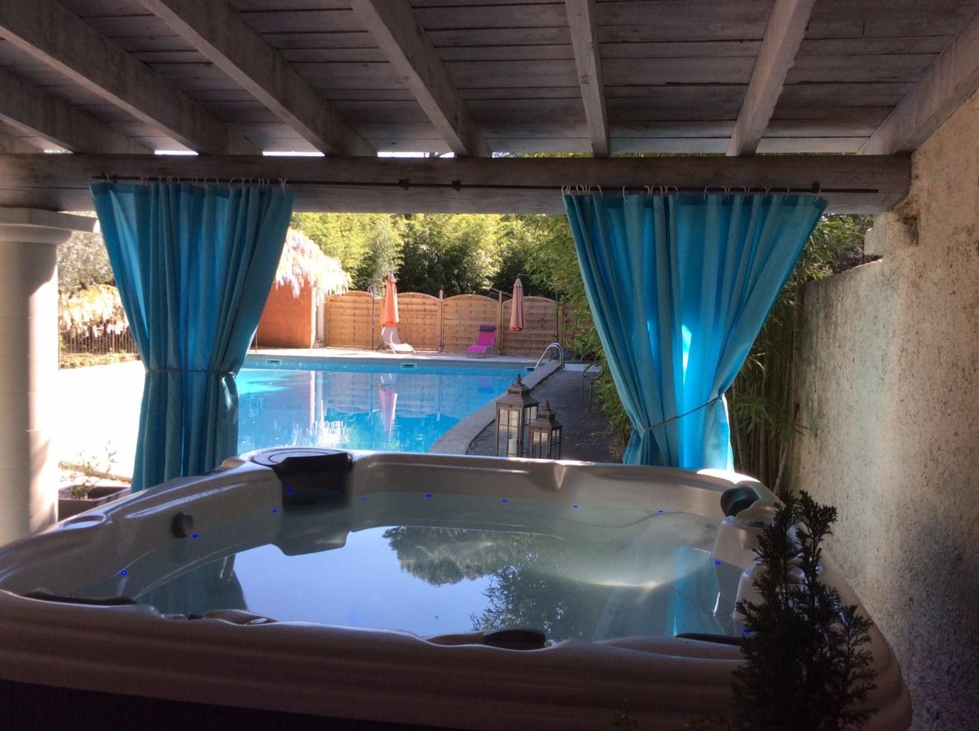 Jacuzzi avec vue sur la piscine