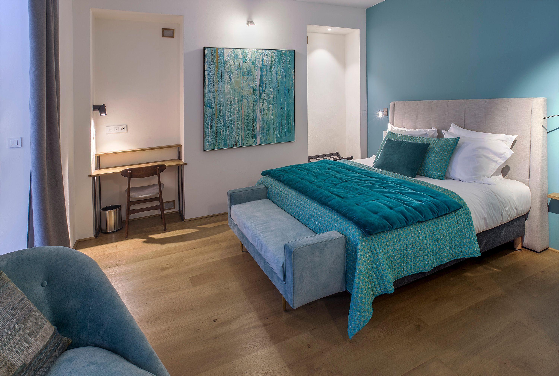 appart-hotel-angouleme-studio-cote-cour-lit-king-bureau