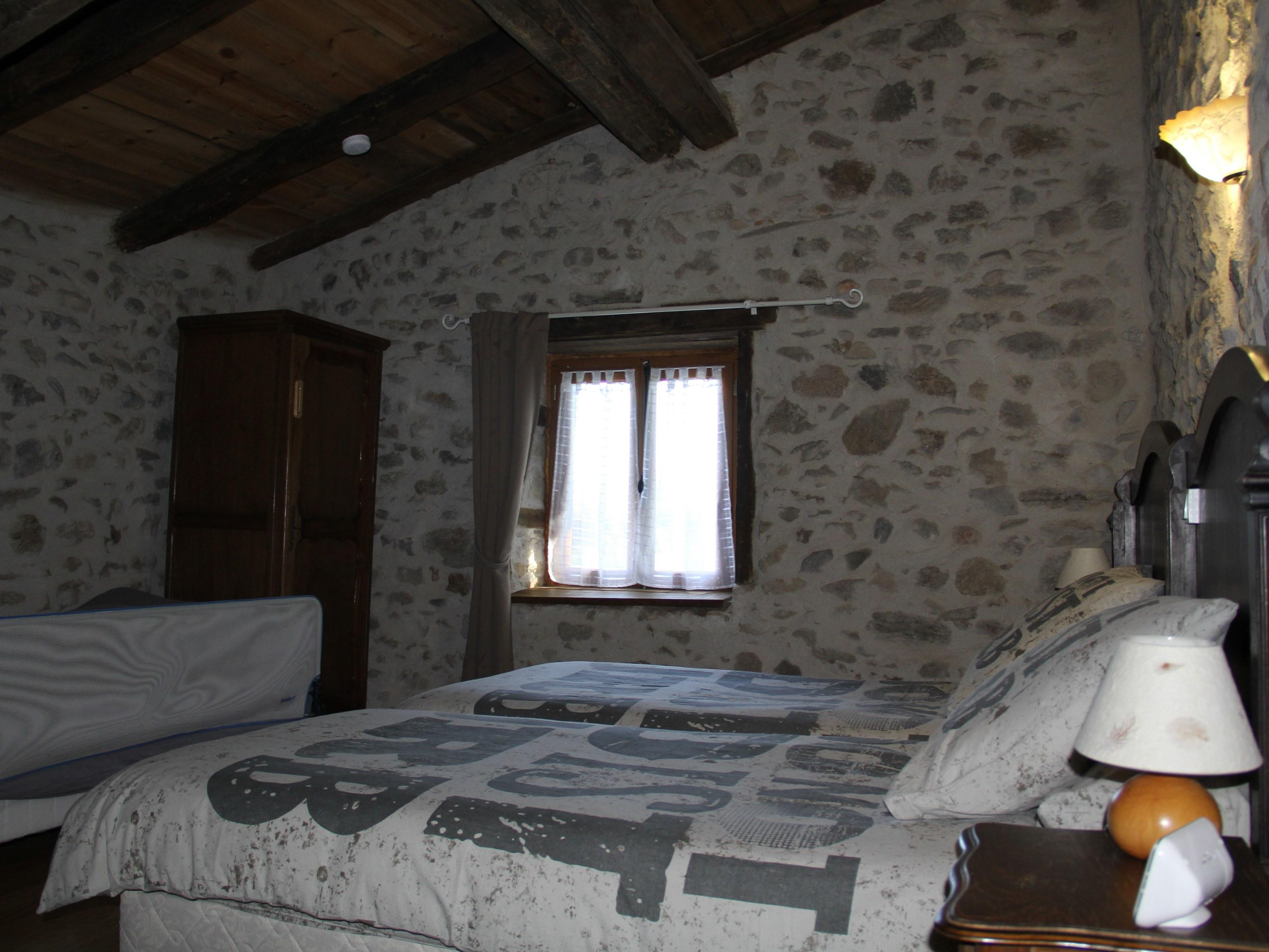 chambre-hotes-auvergne-lit-oreiller-parure-fenetre-lampe-chevet
