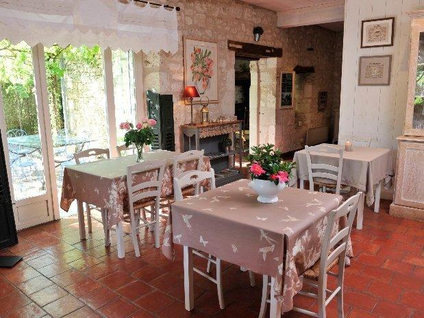 Salle à manger en éte-chambres d'hôtes de charme-perigord-villereal-monflanquin