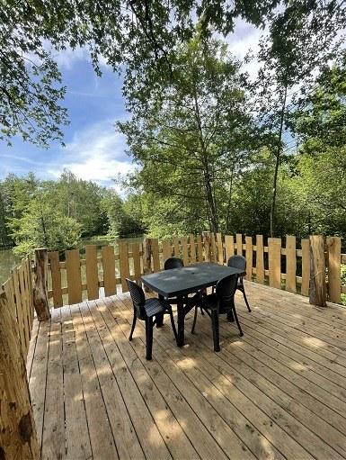 terrasse cabane hérons avec table site web