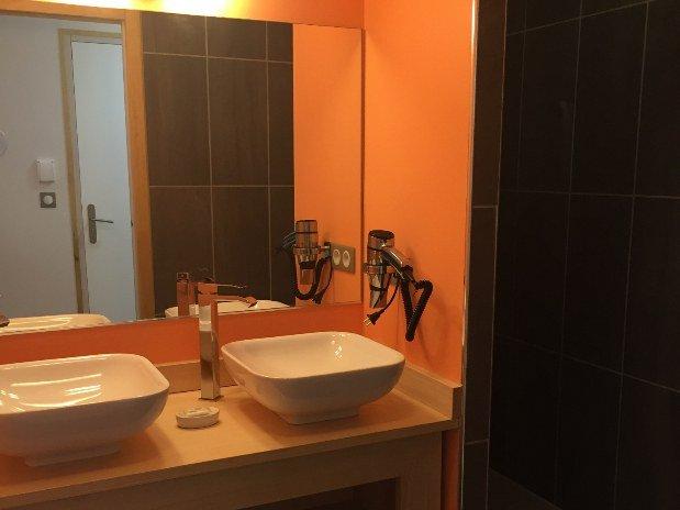 suite avec baignoire baln o chambre de h tel le bout du. Black Bedroom Furniture Sets. Home Design Ideas
