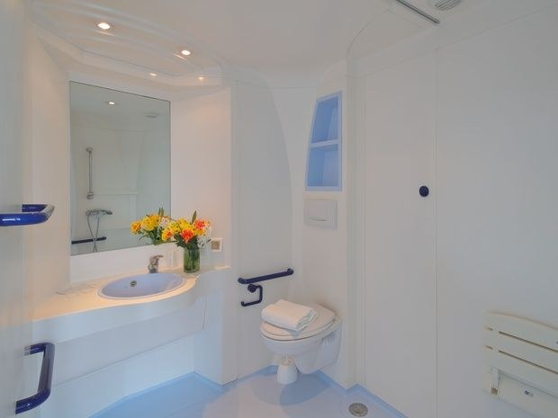 hotel-location-salle-réunion-chambre-toilette-lavabo