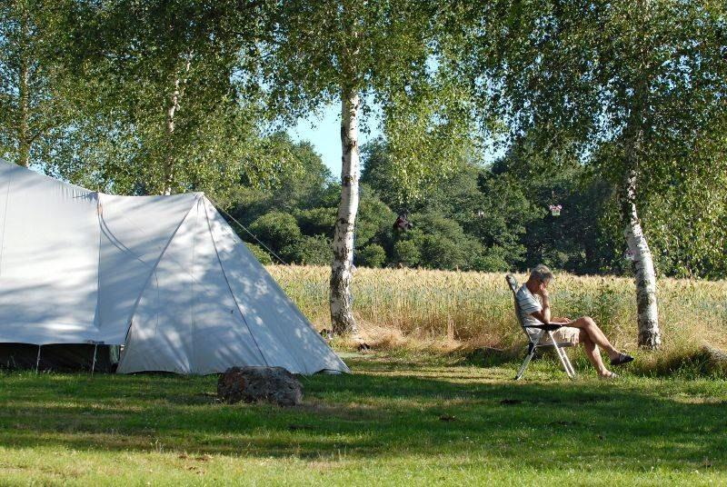 Emplacement nature camping familial piscine Aveyron lac de pareloup