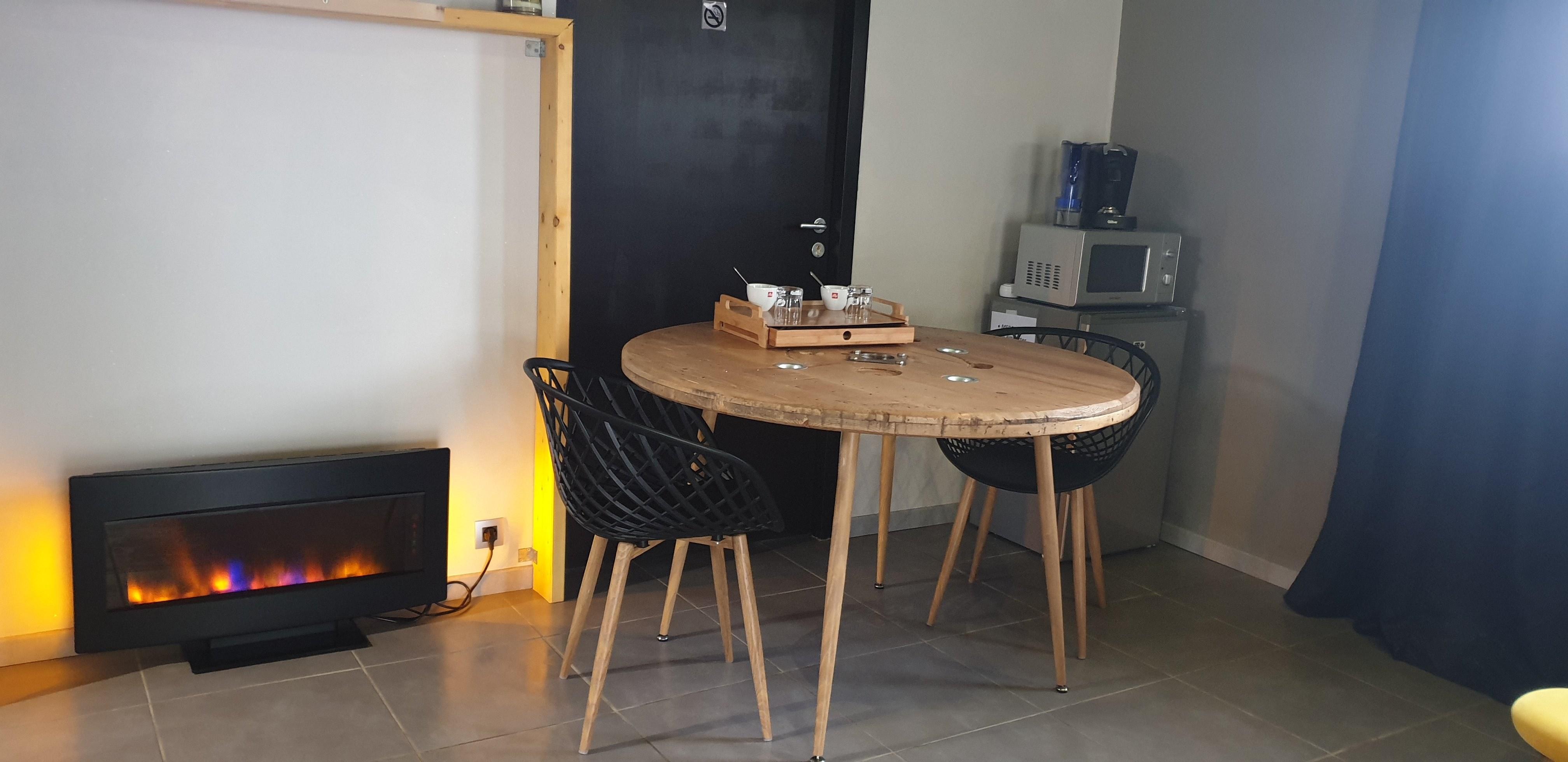 chambre-jacuzzi-privatif-lille-nord-pas-de-calais-table-cheminée