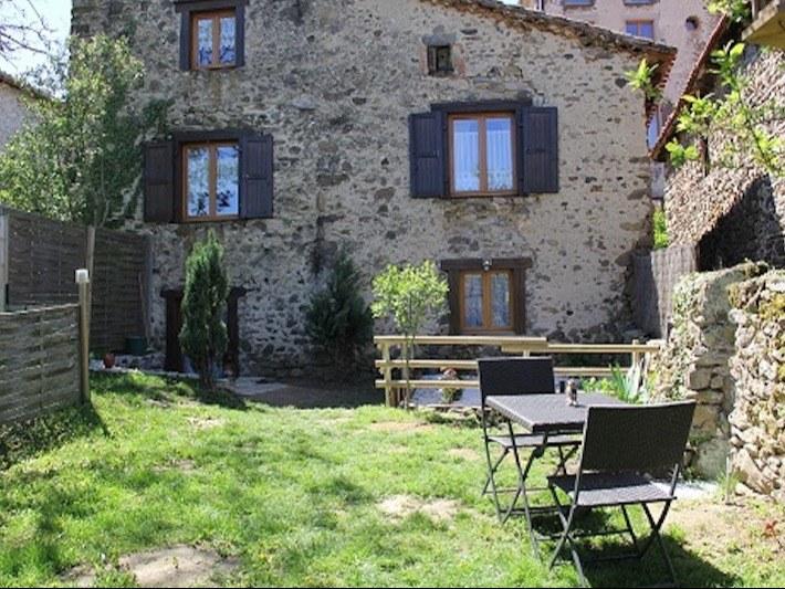 chambre-hotes-auvergne-facade-etablissement-fenetre-porte-fleur-jardin-chaise