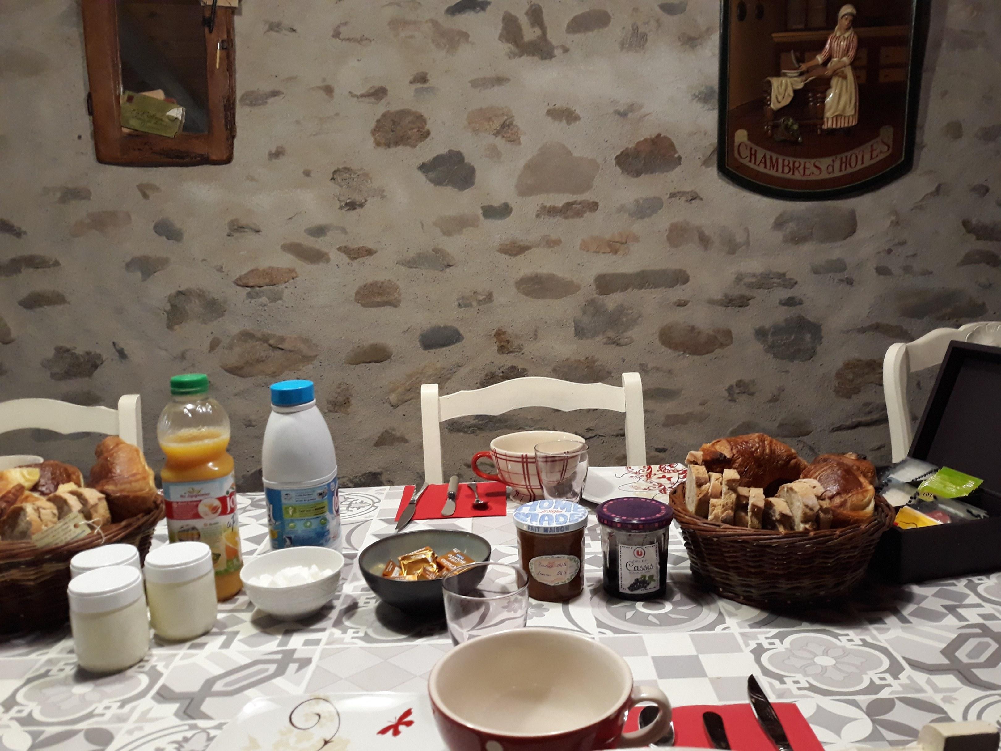 chambre-hotes-auvergne-repas-table-d-hote-petit-dejeuner-portrait-chaise-bol-lait-jus
