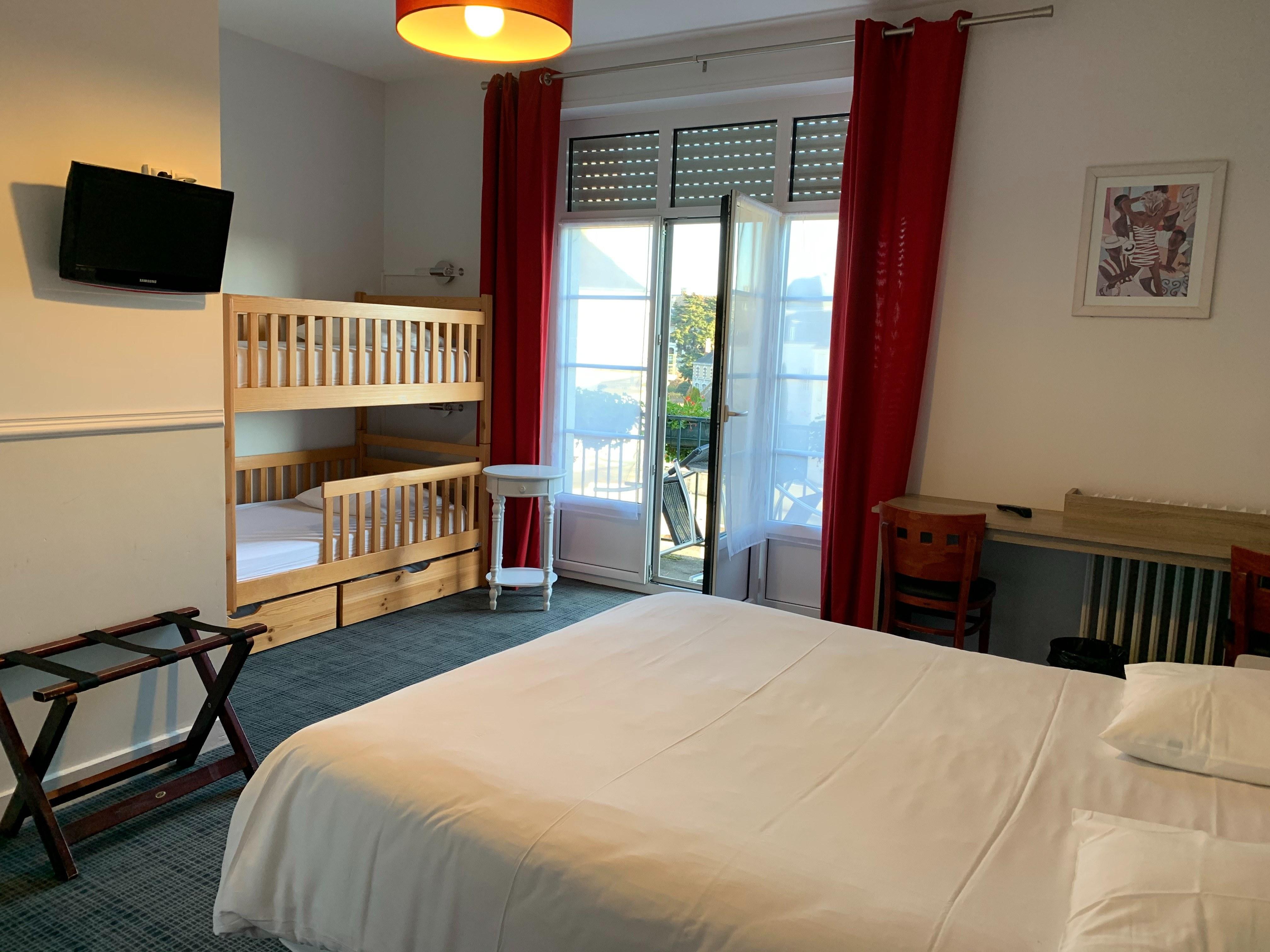 hotel-anne-de-bretagne-blois-centre-ville-chambre-triple-superieure-balcon-3-personnes-famille- lits-superposes