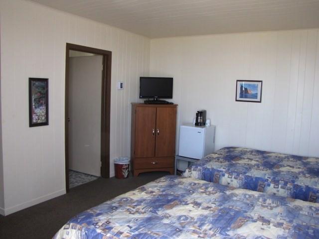 hebergement-parc-forillon-chambre-deux-lits-doubles-tv