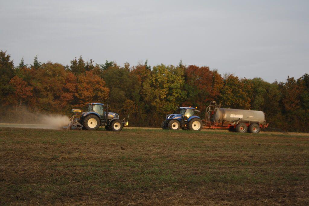 tracteurs dans les champs Au Cochon Pailleux Exploitation Agricole à Châteuneuf