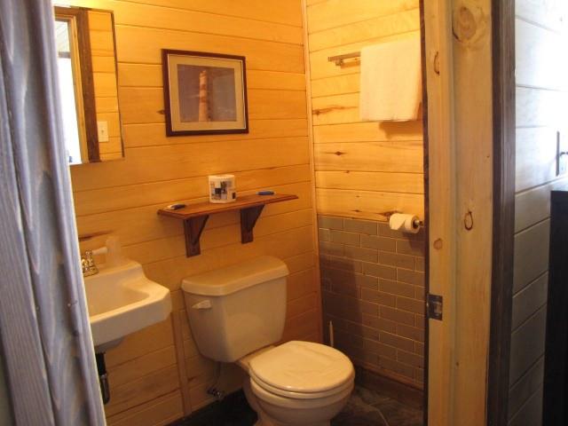 herbergement-parc-forillon-chambre-lit-queen-salle-de-bain