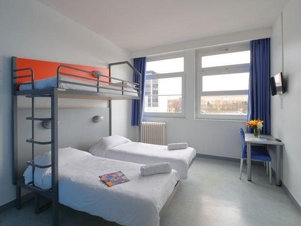 hotel-location-salle-réunion-chambre-lit-fenetre-rideau-table-chaise