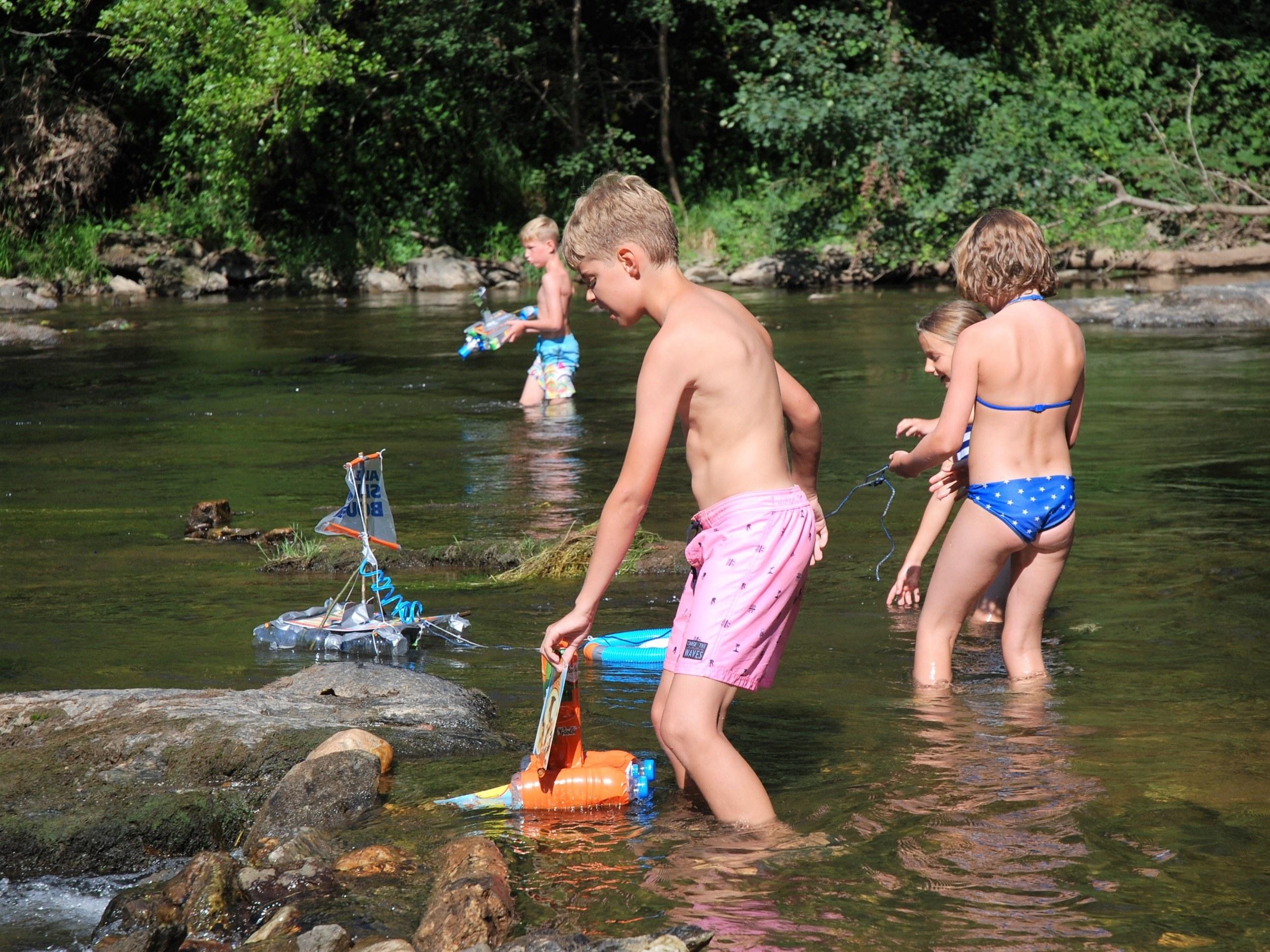 spelen in de rivier