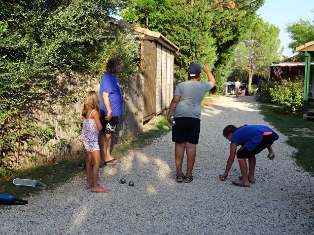 camping l'olivier - nimes - piscine - services - petanque