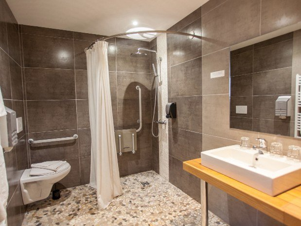 cozy-hotel-cosy-d-affaires-Morlaix-salle-de-bain-PMR