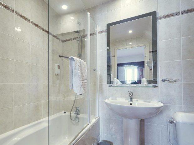 Salle-de-bain-baignoire-hotel-du-port-Morlaix