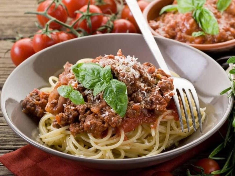 assiette de spaghettis bolognaise chez toto pizzeria restaurateurs meslay-du-maine mayenne pizza pâtes desserts cuisine italienne soirée à thème