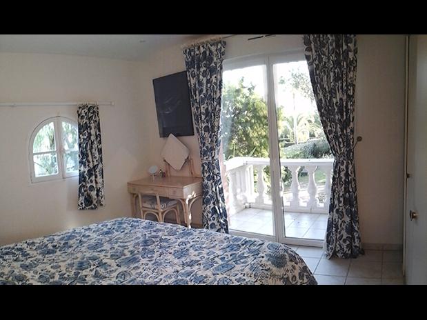 location-vacances-a-Saint-Raphael-Frejus-chambre-terrasse