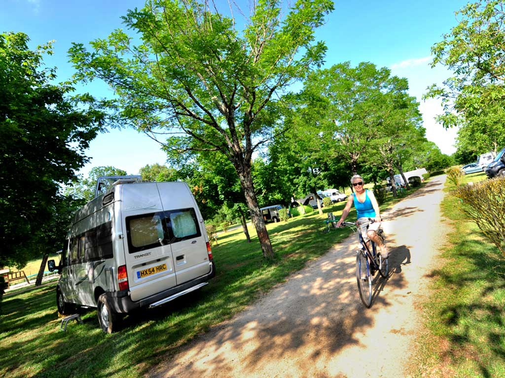 camionette camping rocamadour Lot camping-car piscine