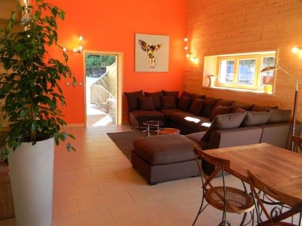 gite-de-groupe-jura-marlaya-sejpur-canape-plante*table-chaise+cadre