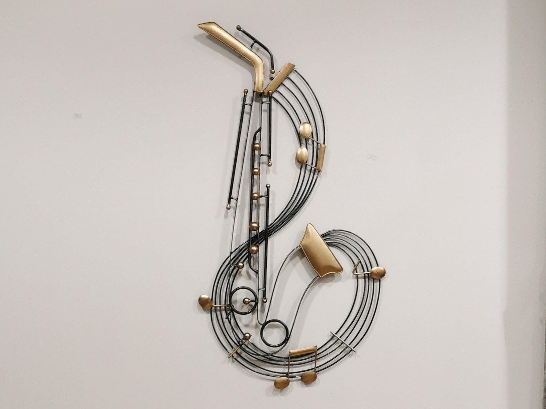 le saxophone métal or et noir couleurs d'Hélène