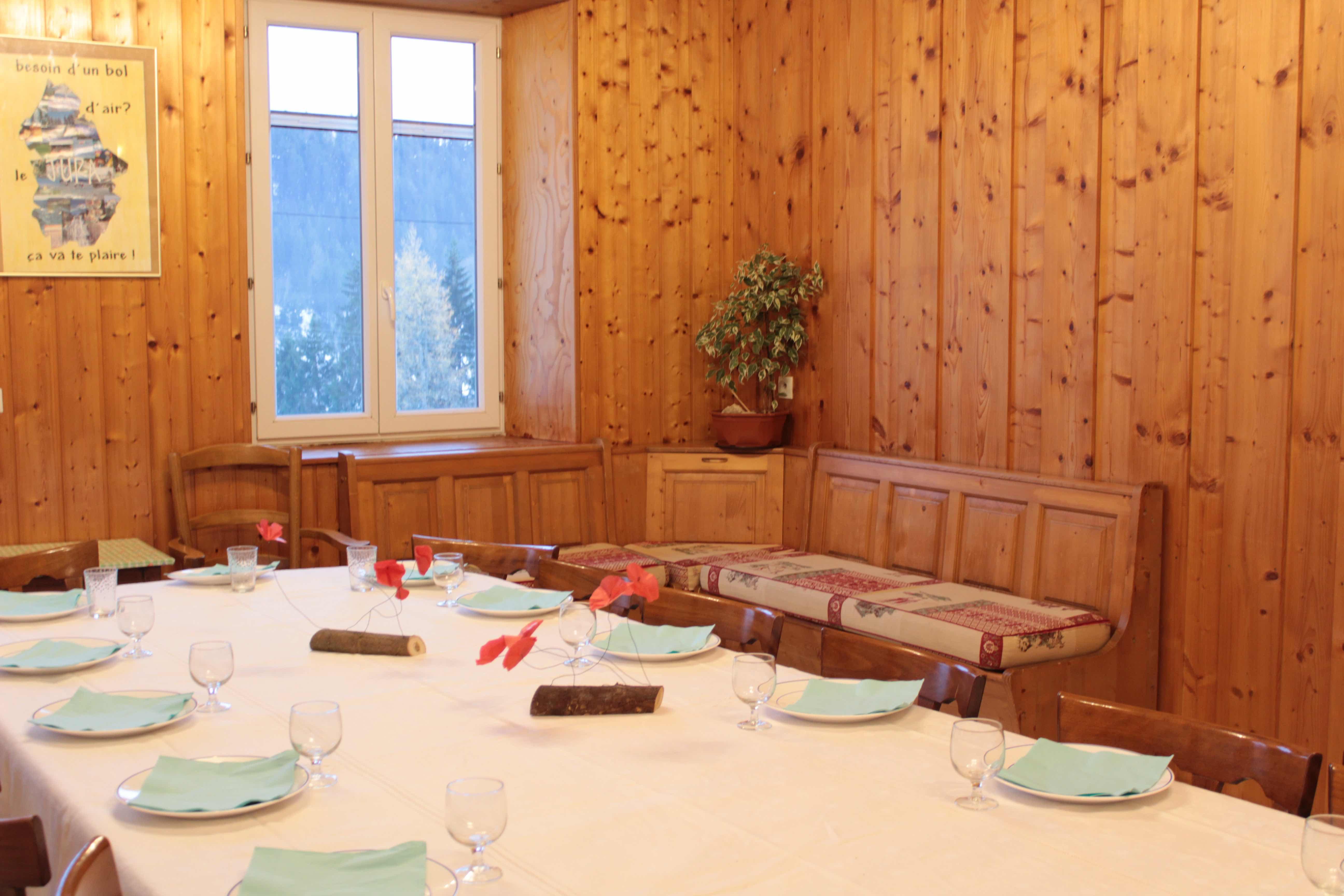 gite-groupe-jura-montjoie-salle-a-manger