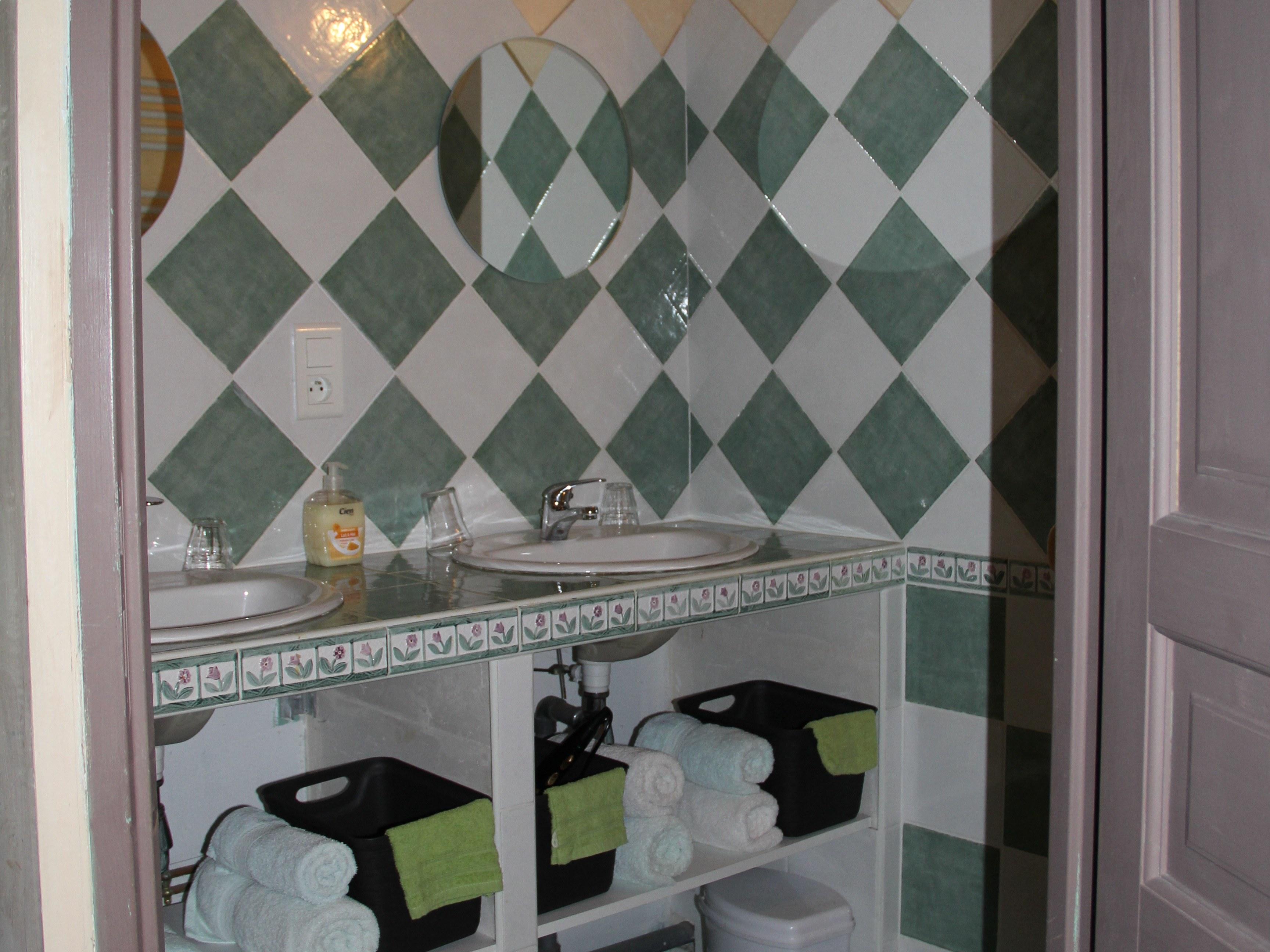 chambre-hotes-auvergne-salle-de-bain-linge-toilette-lavabo-miroir