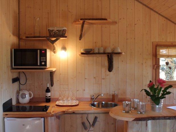 Détail kitchenette Cabane échauguette Domaine grands cèdres Loire