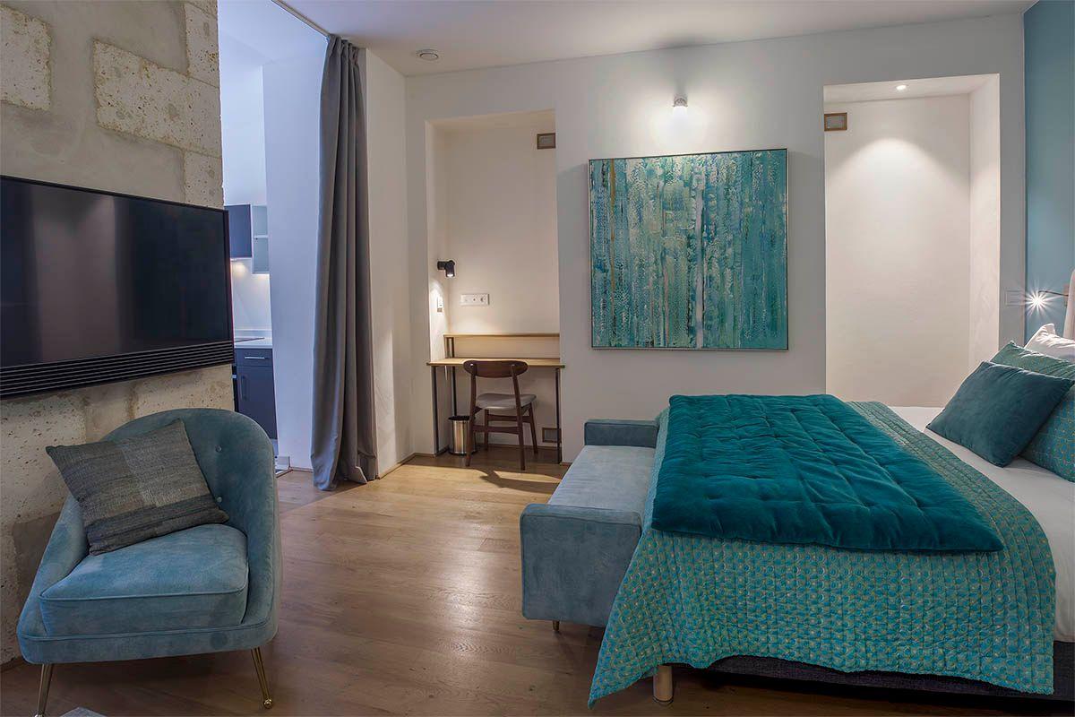 appart-hotel-angouleme-studio-cote-cour-lit-king-tv-bureau