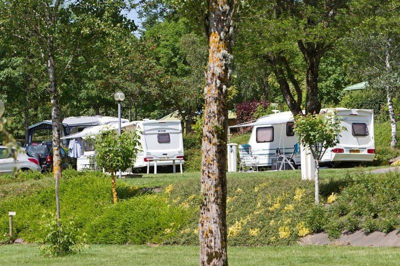 emplacement grand confort camping familial piscine Aveyron lac de pareloup