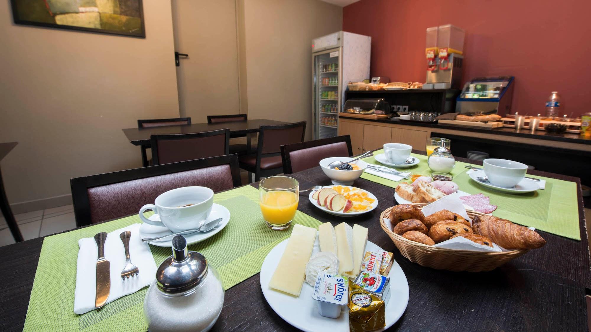 Salle petit déjeuner Source Hotel Paris