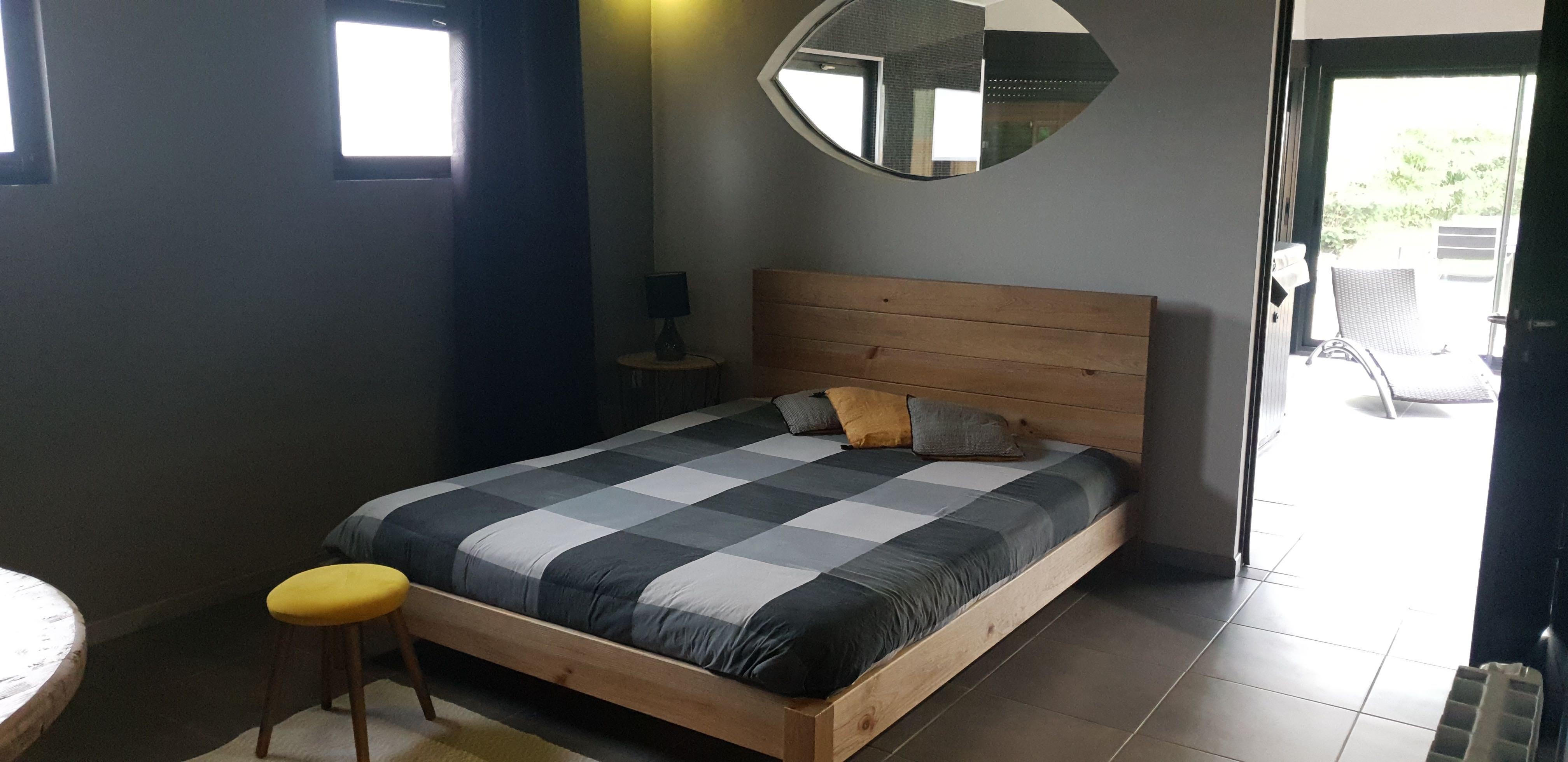 chambre-jacuzzi-privatif-lille-nord-pas-de-calais-lit-coussin-table-de-chevet