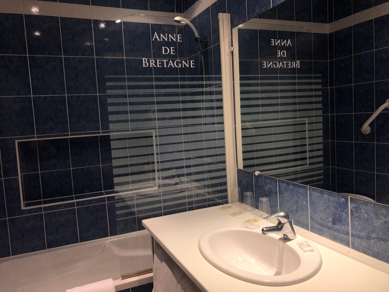 hotel-anne-de-bretagne-blois-chambre-triple-supérieure-salle-de-bains-famille-3-personnes-balcon-baignoire-calme