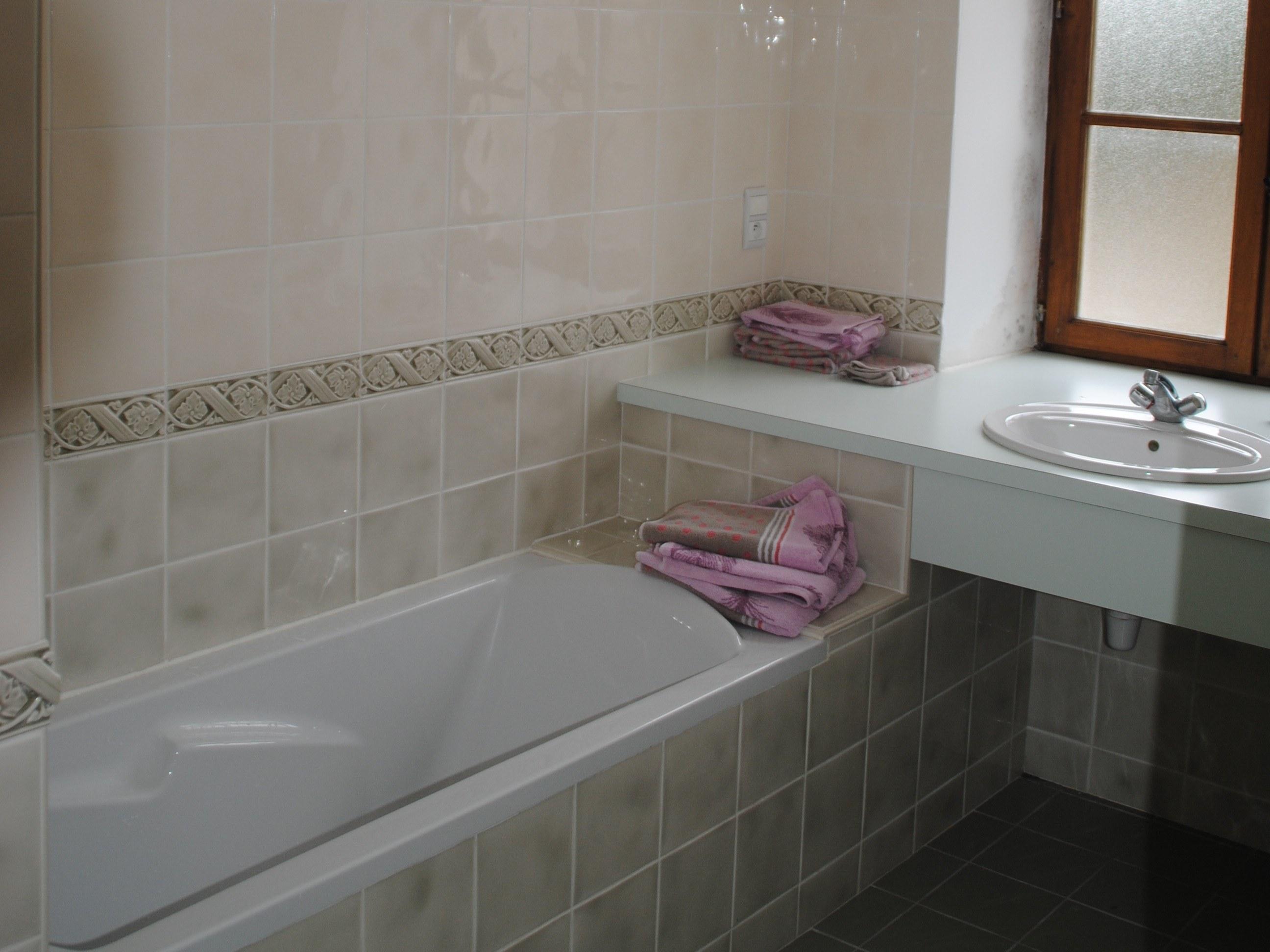 baroville-champagne-salle-de-bain-fenetre-lavabo-baignoire